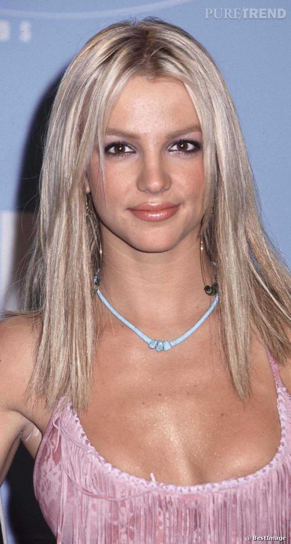 Cheveux blondis, gloss qui déborde et décolleté profond, Britney Spears joue les lolitas en 2000.
