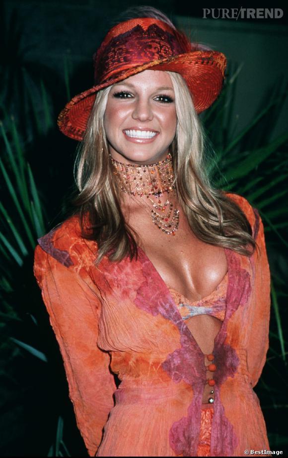 2001 : il y a du monde au balcon, trop de couleurs, trop d'accessoires et trop de blush... Britney Spears tâtonne pour se trouver un style.