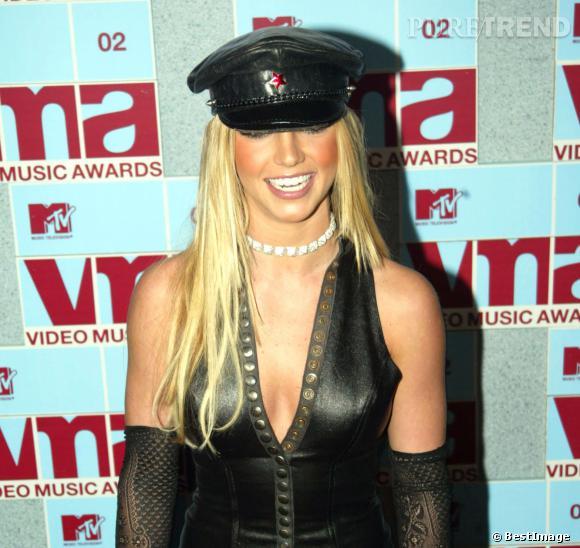 Un an plus tard, Britney Spears tente la tendance casquette de motard SM et robe en cuir. Shocking !