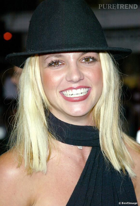 Toujours en 2002, Britney a un peu coupé ses cheveux et adopte encore une fois un couvre chef pas très heureux. Les cheveux sont trop peroxydés.