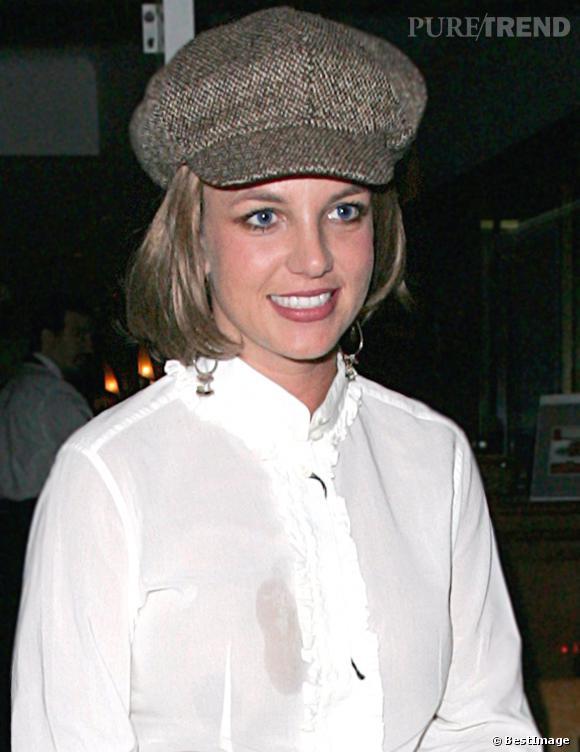 Perruque brune, lentilles bleues, casquette gavroche et grosse tache sur le chemisier... C'est n'importe quoi.