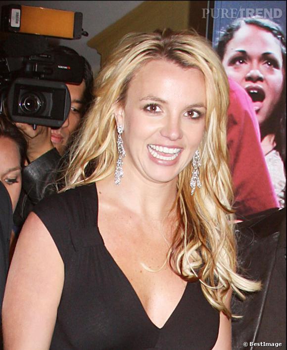 Visiblement, son come-back la fatigue. Britney a le sourire mais une petite mine et des cheveux en berne, le retour au top aura été furtif.