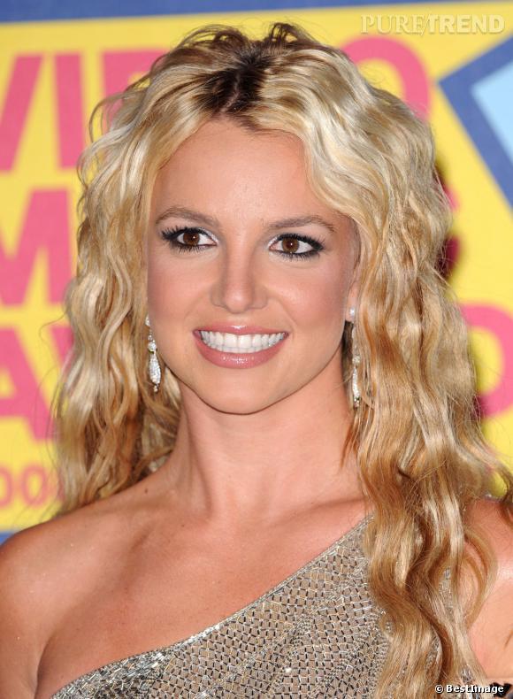 """2008 : premier come-back réussi pour Britney Spears qui rafle deux """"moon men"""" aux VMA. Extensions de qualité et make-up soutenu, elle est superbe."""