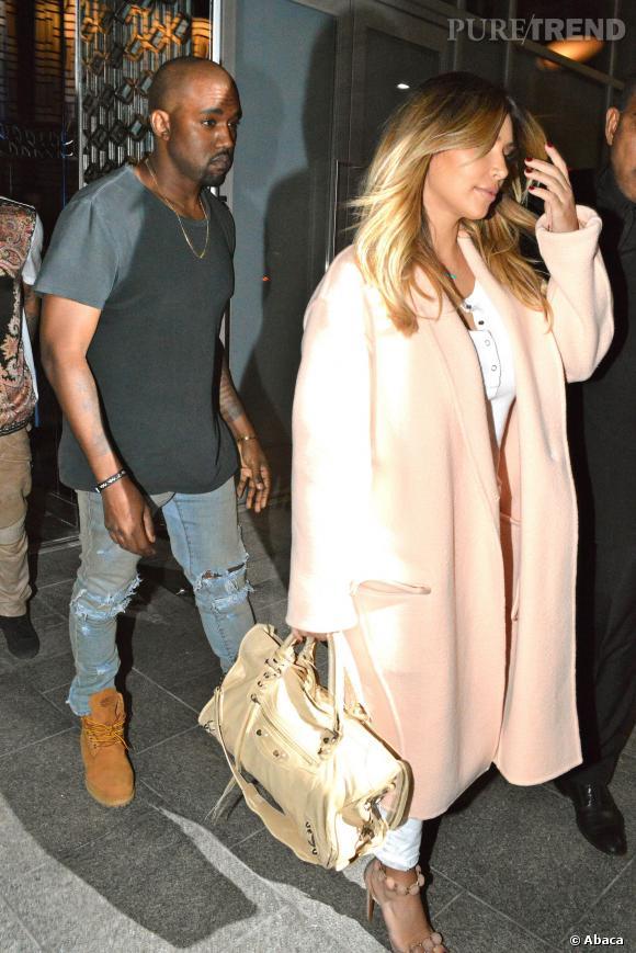 """Kim Kardashian camoufle sa silhouette sous son manteau de créateur lors de sa première sortie """"officielle""""."""