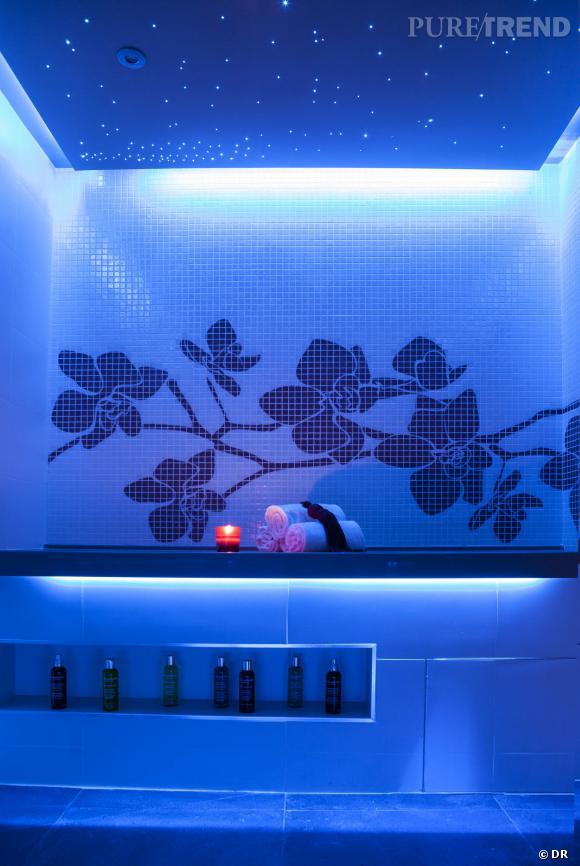 L'ambiance bleue par chromothérapie est absolument sublime et promet un pur instant de relaxation.