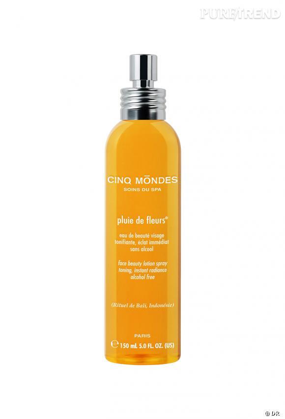L'Eau parfumée Pluie de Fleurs à la fleur d'oranger permet de se rafraichir tout en laissant la peau délicatement parfumée.