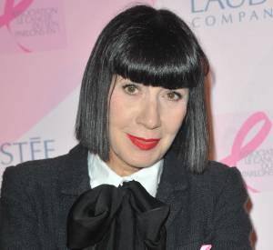 Chantal Thomass a épinglé le ruban rose à sa veste.