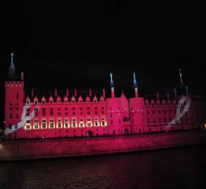 Pour l'occasion, la Conciergerie a été teintée de rose.