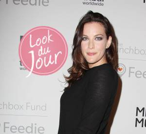 Liv Tyler, jupe rayee automnale pour le gala ''The Lunchbox Fund''