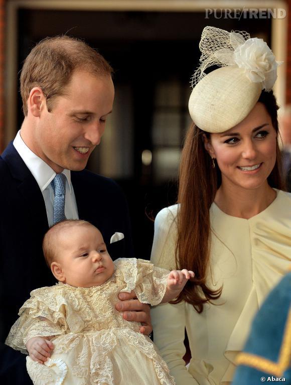 Prince George entourée de Kate Middleton et Prince William à son baptême.
