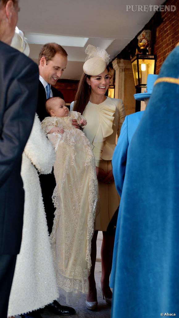 Prince George dans son immense robe de baptême.