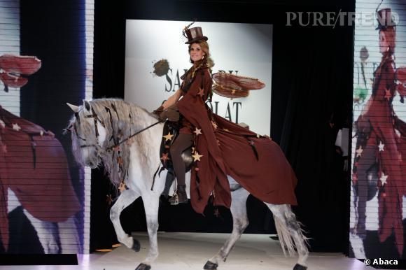 Sophie Thalmann sur son cheval blanc au défilé du Salon du chocolat 2013.