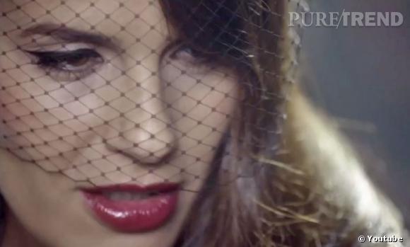 """Elisa Tovati souligne son regard d'un trait d'eye-liner dans son nouveau clip """"Eye Liner""""..."""