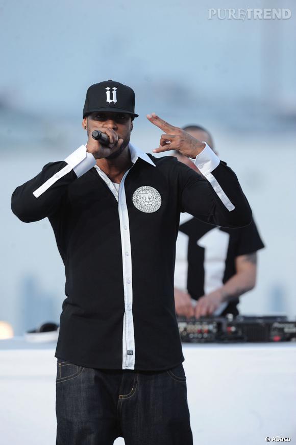 """Booba chante sur le plateau du """"Grand Journal"""" à Cannes, en 2011."""