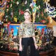 Poppy Delevingne prend la pose dans une tenue composée de pièces de la collection Automne-Hiver 2013/2014 Dolce & Gabbana.