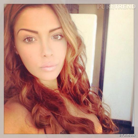 Nabilla avec les cheveux quasiment blonds... La Kim Kardashian attitude.