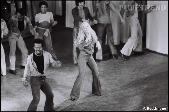 Reine de l'Olympia, Sylvie Vartan coule doucement vers le disco et le patte d'eph fait son apparition dans son dressing.