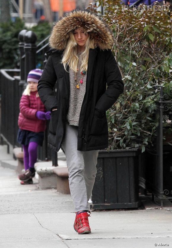 Serait-ce Sienna Miller cette jolie blonde capuchée ?