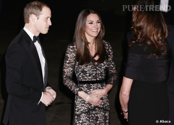 C'est les mains sur le ventre que Kate Middleton est arrivée au Musée d'histoire naturelle de Londres hier soir en compagnie de son époux le Prince William.