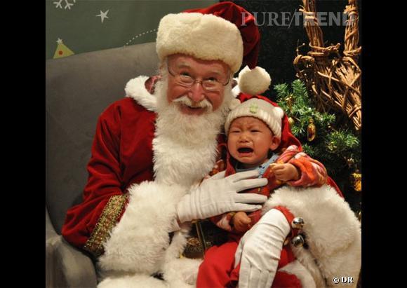 Les enfants qui pleurent avec le père noël : la super photo souvenir.