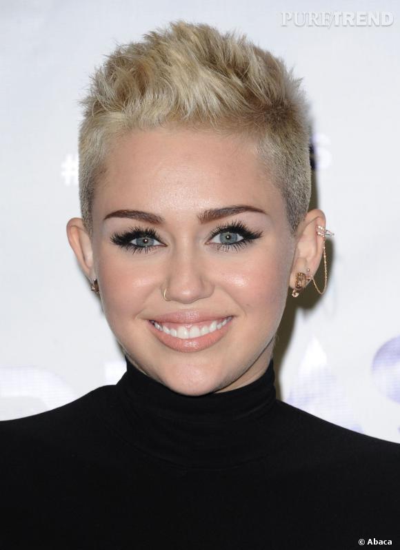 Miley Cyrus et son piercing à la narine.