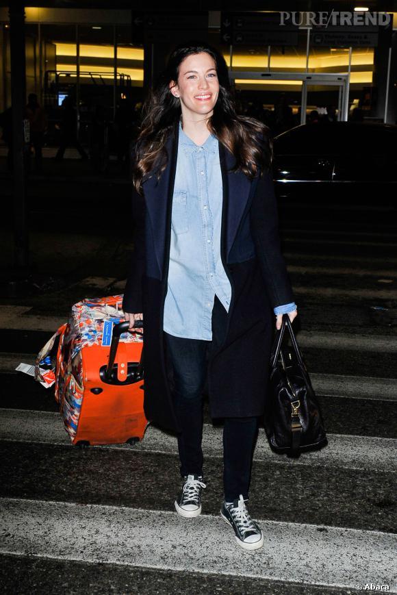 Liv Tyler mise sur sa valise pour se faire remarquer.