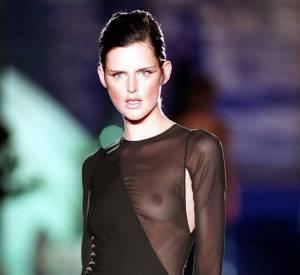 Yves Saint Laurent est le premier créateur à avoir fait défiler Stella Tennant, devenue ensuite une super star des podiums dans les années 90.