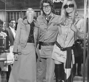 Yves Saint Laurent s'est toujours entouré de femmes de talent comme ici en 1969 avec Loulou de la Falaise et Betty Catroux, la blonde, ses muses de toujours.