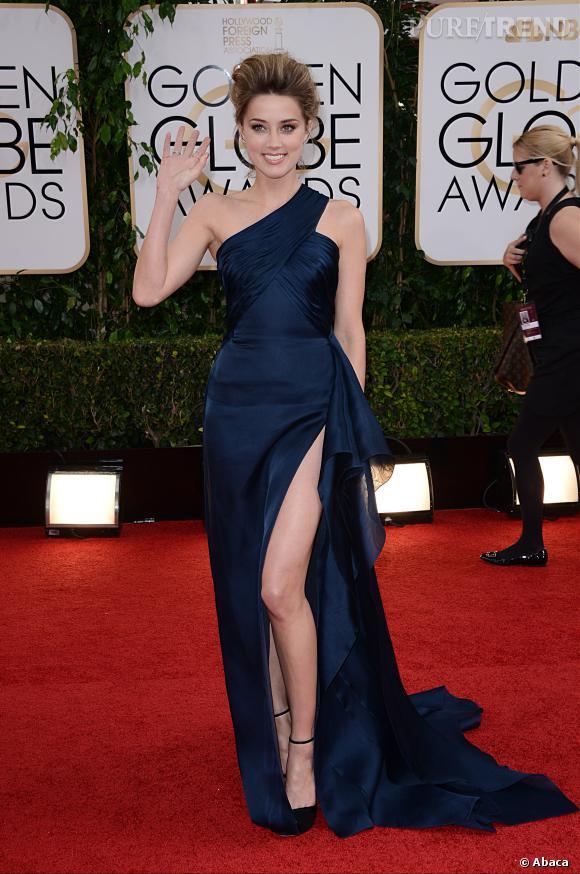 """Le top """"fendu ravageur"""" :  Amber Heard est canon dans sa robe Atelier Versace navy."""