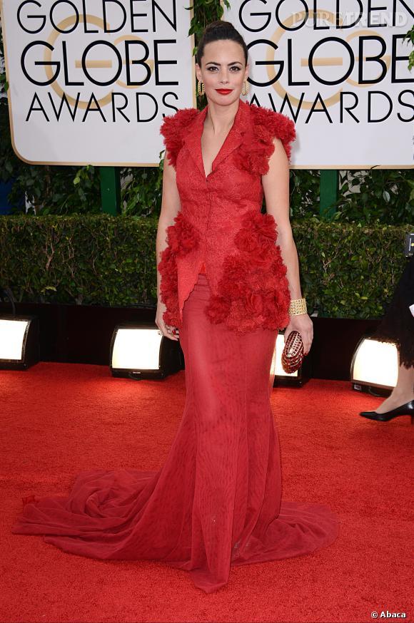 """Le flop """"frenchy en robe rouge"""" :  habituée des sans faute, Bérénice Bejo rate pourtant son apparition aux Golden Globes dans cette robe qui lui épaissit la silhouette."""
