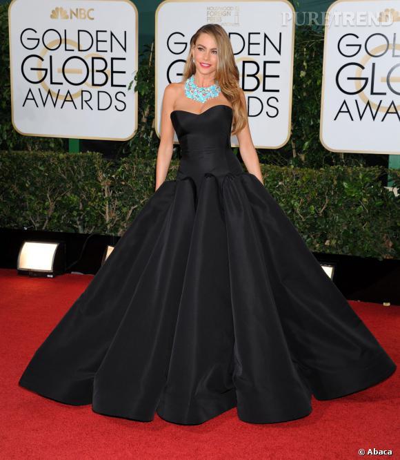 """Le top """" robe noire """" :  Sofia Vergara est tout simplement spectaculaire dans sa robe Zac Posen."""