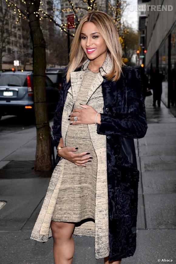 """Après avoir annoncé sa grossesse pendant l'émission """"The View"""", Ciara est allée poser dans la rue, ses mains sur le baby bump."""