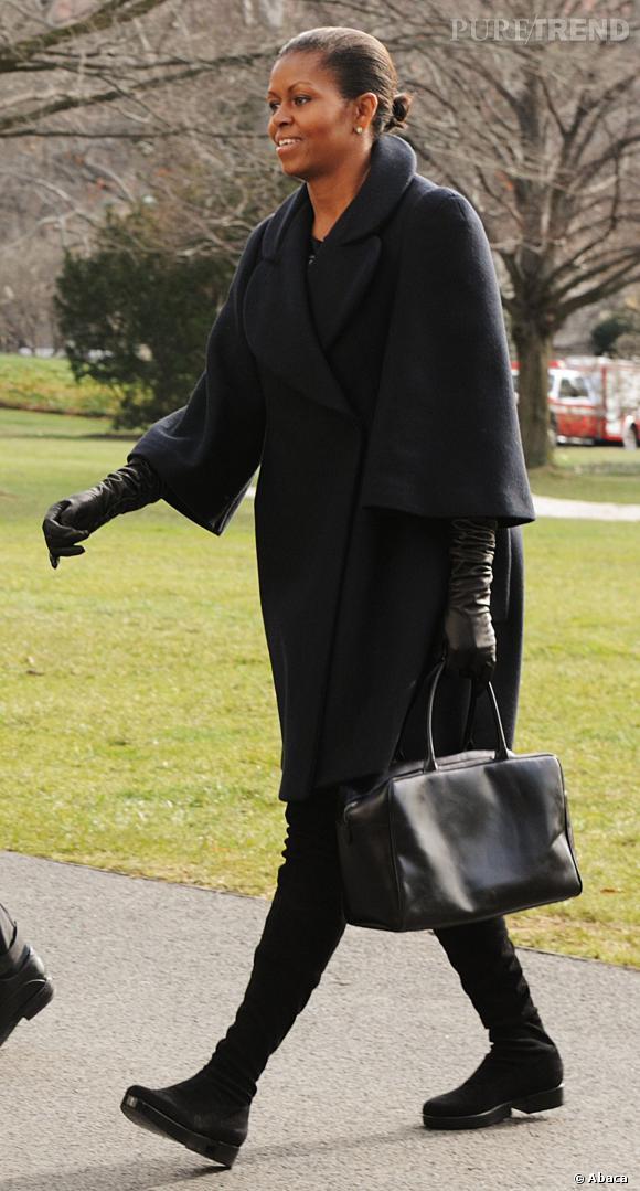 Peu souvent en noir, Michelle Obama opte ici pour un total look black.
