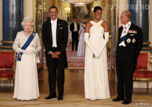 Michelle Obama très élégante en longue robe blanche et gants accordés en Angleterre.