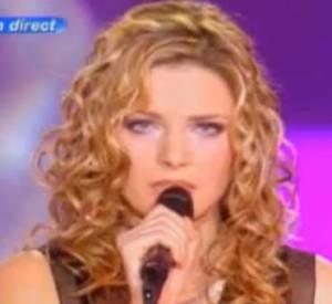 """Elodie Frégé chante """"L'hymne à l'amour"""" en 2010."""
