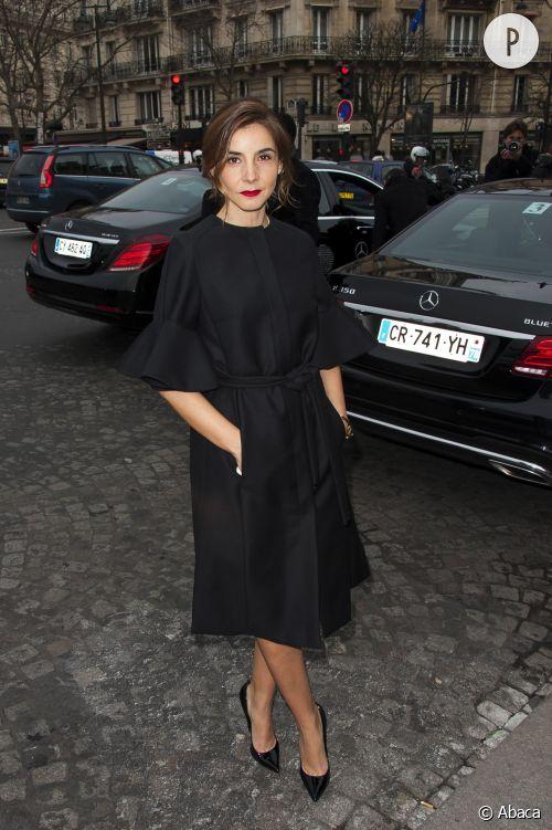 Clotilde Courau devant le défilé Elie Saab à Paris.