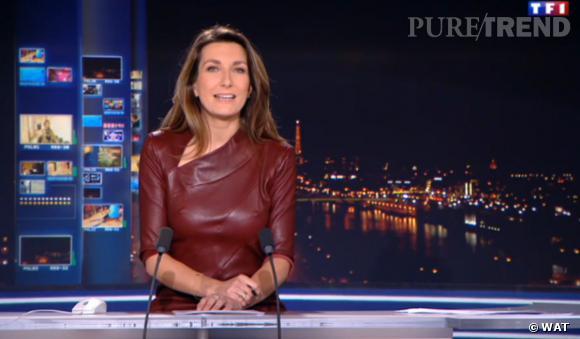 La journaliste a dû captiver son auditoire dans sa robe moulante en cuir...