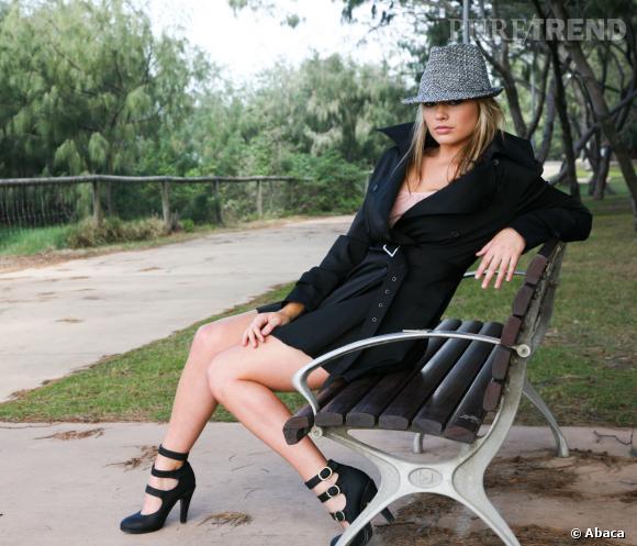 Margot Robbie et son style approximatif prennent la pose sur un banc public.