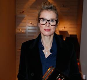 Karin Viard booste son look avec d'épaisses lunettes de vue. Bonne idée pour mettre en valeur son teint clair.