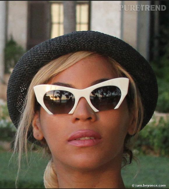 Chapeau et lunettes archi tendances meme en vacances pour Beyoncé.
