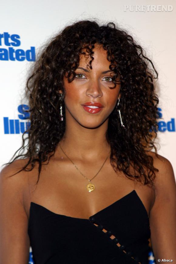 Noémie Lenoir plus naturelle avec un brun profond, en 2003.