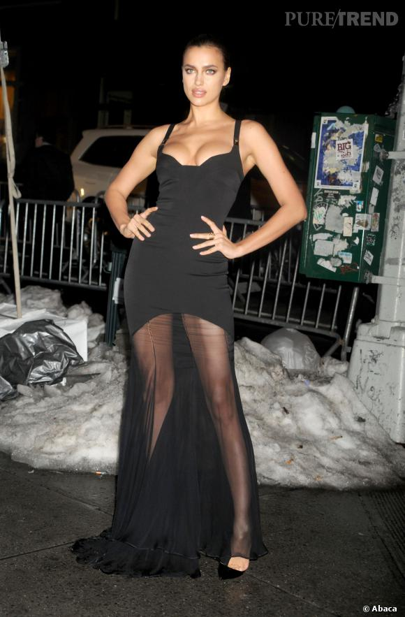 Irina Shayk porte une robe Versace Collection le 18 février 2014.