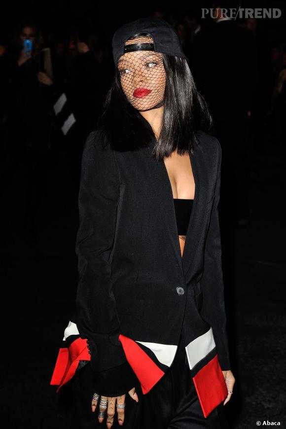 Rihanna fait son arrivée au défilé Givenchy à Paris.