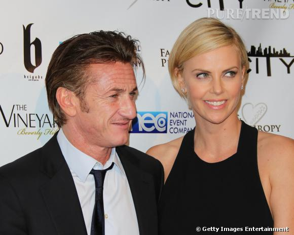 Sean Penn et Charlize Theron affichent leur relation au grand jour lors de la soirée post Oscars Fame and Philanthropy à Beverly Hills.