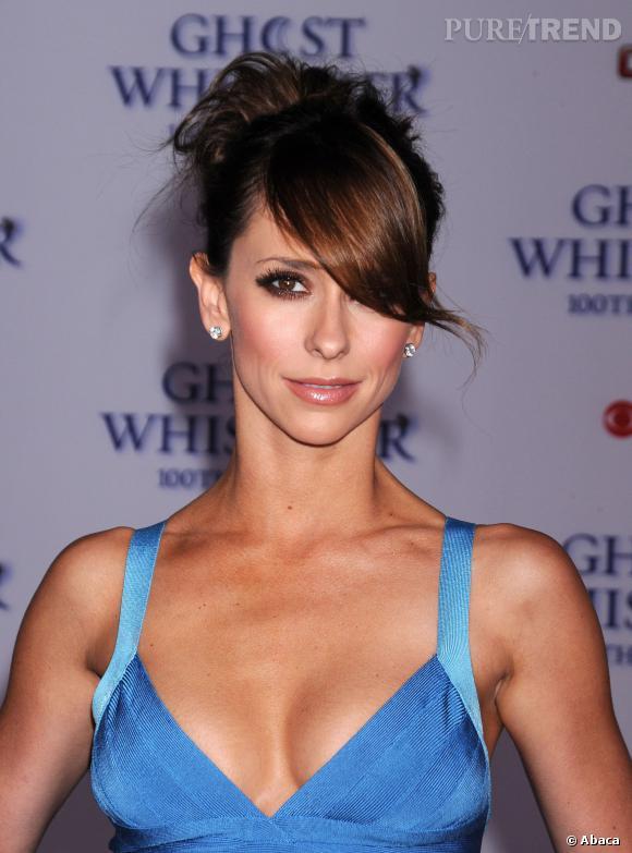 """Jennifer Love Hewitt met sa poitrine en valeur avec des créations moulantes au possible comme ici pour promouvoir sa série """"Ghost Whisperer""""."""