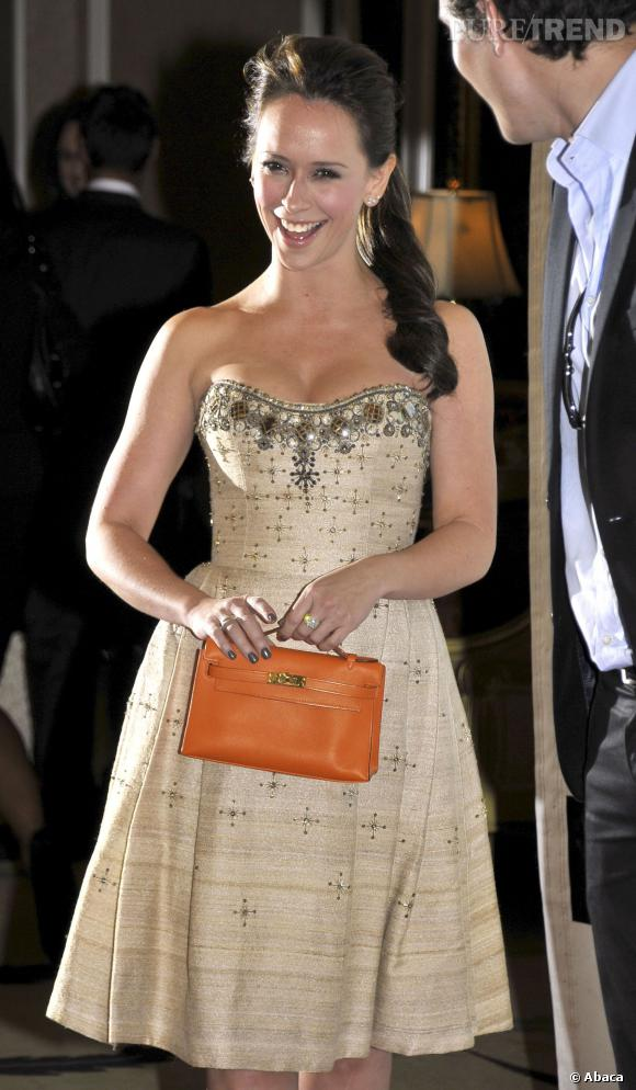 """Jennifer Love Hewitt réchauffe l'atmosphère sur le tapis rouge de """"du gala """"Peace Over Violence""""."""