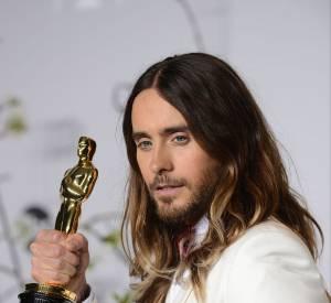 """Jared Leto et sa statuette, gagnée grâce à son rôle dans """"Dallas Buyers Club""""."""