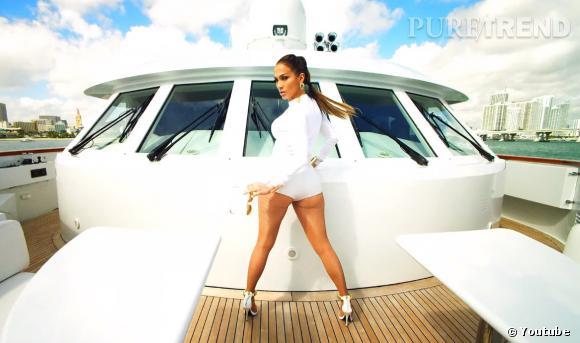 Jennifer Lopez n'oublie tout de même pas de dévoiler son célèbre fessier !