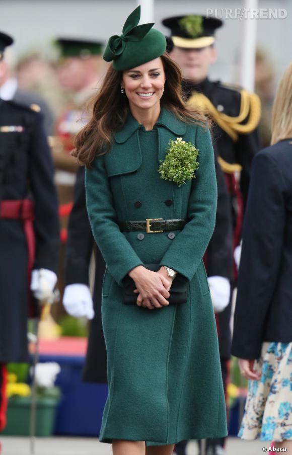 Kate Middleton lors de la célébration de la Saint Patrick 2014 à Aldershot, vétue d'un joli manteau Hobbs.