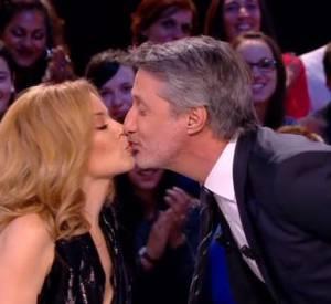 """Antoine de Caunes échange un baiser très hot avec la sublime Kylie Minogue, en pleine promotion de son nouvel album """"Kiss Me Once""""."""